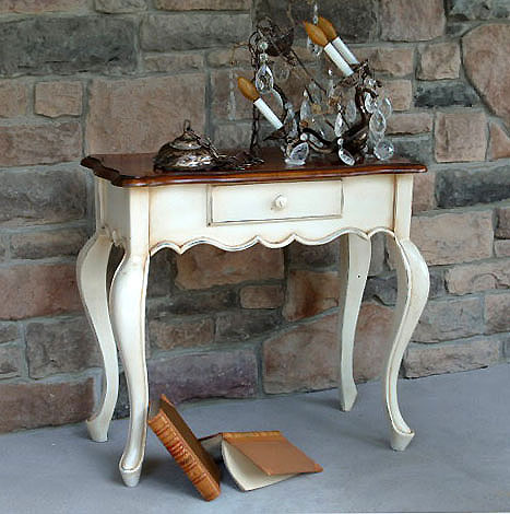 makeup vanity desk. a vintage makeup vanity!